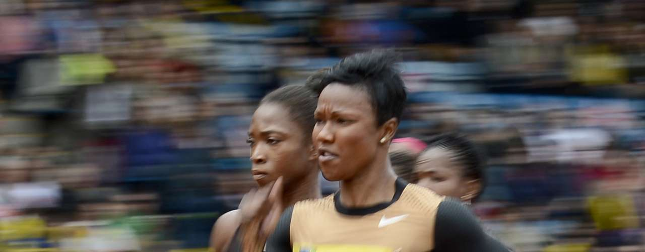 Carmelita Jeter (R) of the U.S. competes in the women's 100m heats during the Diamond League London Grand Prix athletics meet at Crystal Palace in London July 14, 2012. REUTERS/Dylan Martinez  (BRITAIN - Tags: SPORT ATHLETICS)