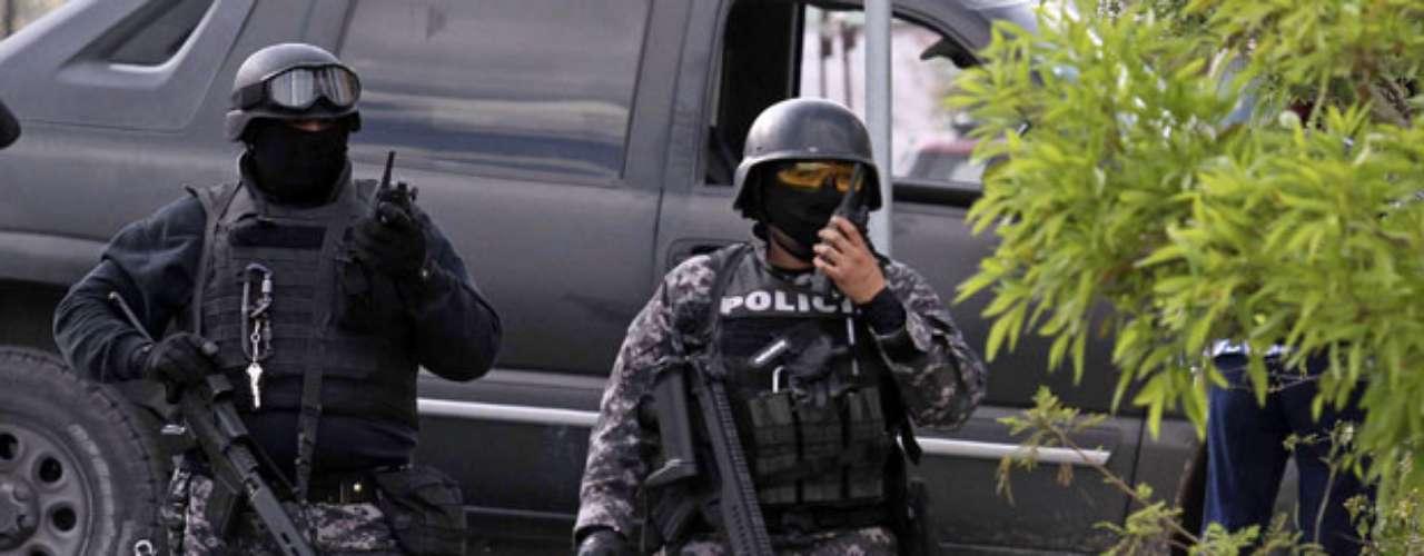 En Veracruz, un puerto sobre la costa del golfo de México (este), el gobierno ordenó que militares se hicieran cargo de la seguridad, tras indicios de que Los Zetas habían infiltrado a la policía local y sus rivales del cartel del Sinaloa a la policía estatal, desatando un baño de sangre.