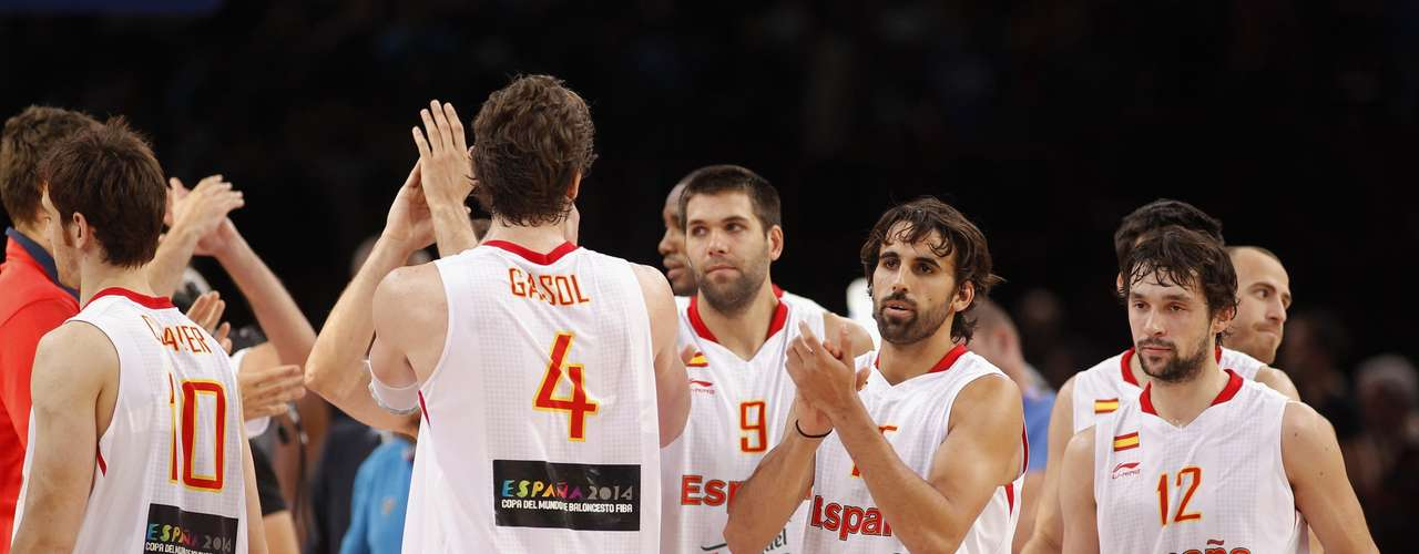 Players of Spain celebrate at the end of their Olympics national teams' friendly match against France in Paris July 15, 2012. REUTERS/Benoit Tessier (FRANCESPORT OLYMPICS - Tags: SPORT BASKETBALL OLYMPICS)
