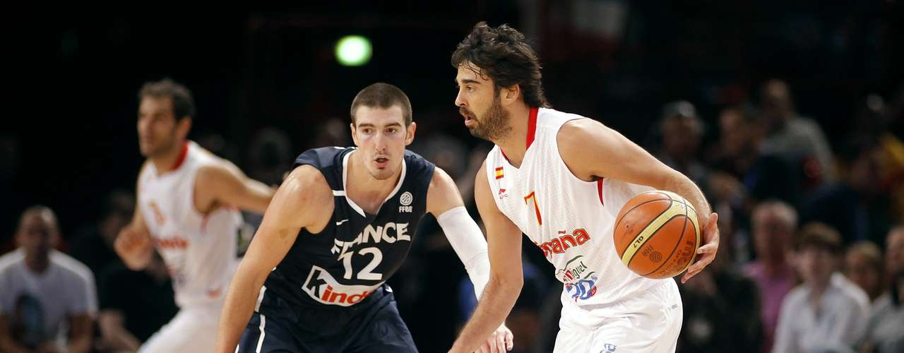 Juan-Carlos Navarro (R) of Spain is guarded by France's Nando De Colo in the third quarter of their Olympics national teams' friendly match in Paris July 15, 2012. REUTERS/Benoit Tessier (FRANCE - Tags: SPORT BASKETBALL OLYMPICS)