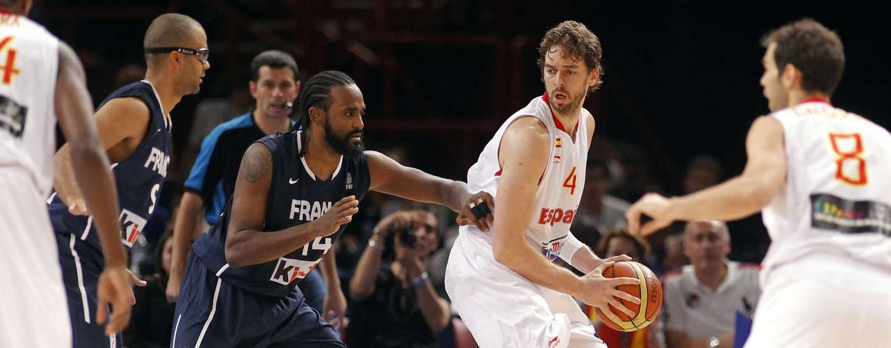 Pau Gasol (2nd R) of Spain is guarded by France's Ronny Turiaf in the third quarter of their Olympics national teams' friendly match in Paris July 15, 2012. REUTERS/Benoit Tessier (FRANCE - Tags: SPORT BASKETBALL OLYMPICS)