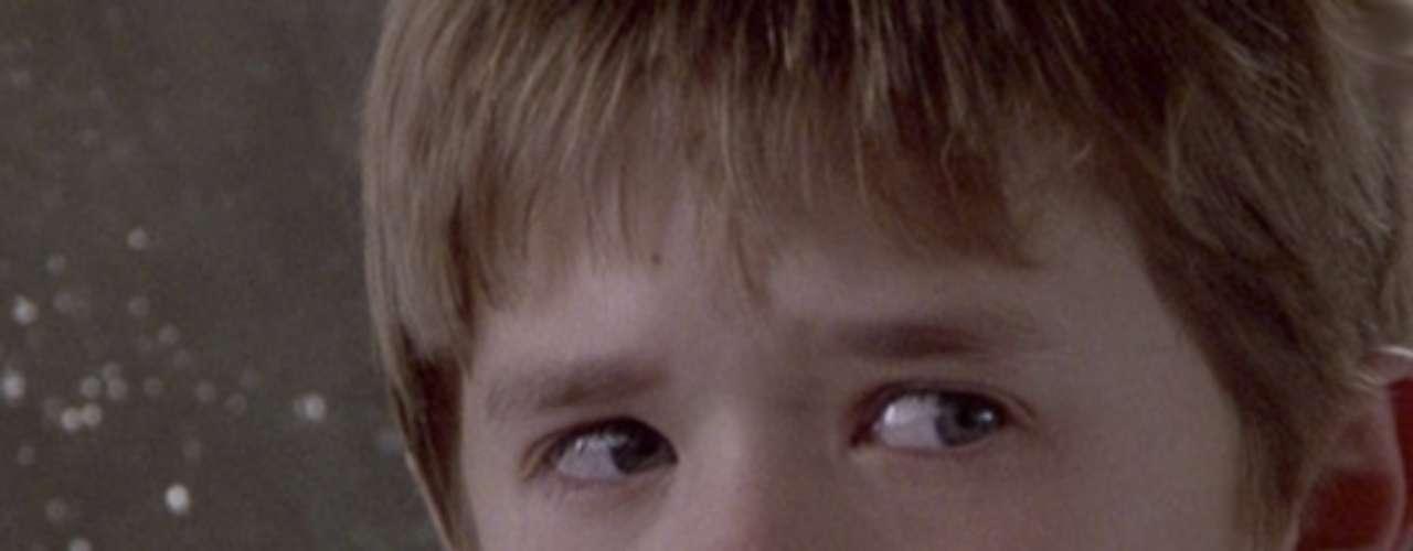 Cole Sear (Haley Joel Osment) en Sexto Sentido (1999): El pequeño hijo de una madre soltera vive asustado porque tiene un horrible don: \