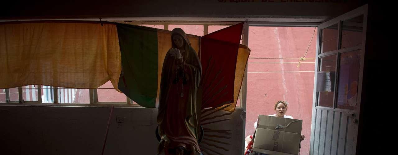 La mayoría de los inmigrantes que llegan a este barrio de clase trabajadora son provenientes de Guatemala, El Salvador y Honduras. Viajan como polizontes en los trenes de carga que se dirigen al norte, a Estados Unidos.  Allí son recibidos en uno de las docenas de albergues administrados por la iglesia católica en el país, que les ofrece techo y comida a los indocumentados.