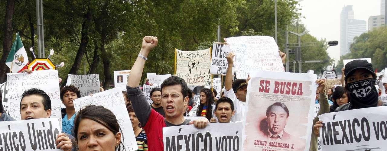 Miles de personas marcharon hoy en la capital mexicana para protestar contra el resultado de las elecciones presidenciales del pasado 1 de julio y contra el virtual futuro presidente mexicano, Enrique Peña Nieto.
