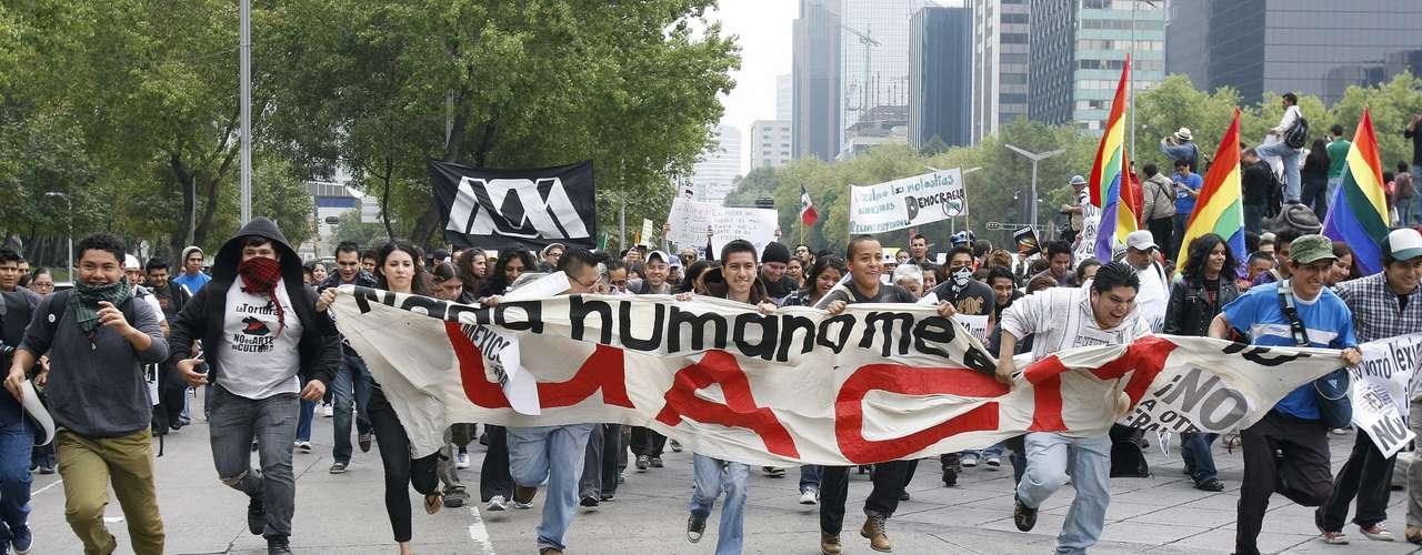 Los manifestantes, la mayoría jóvenes pero también muchos adultos y familias, salieron del monumento del Ángel de la Independencia y fueron caminando hasta el Zócalo capitalino.