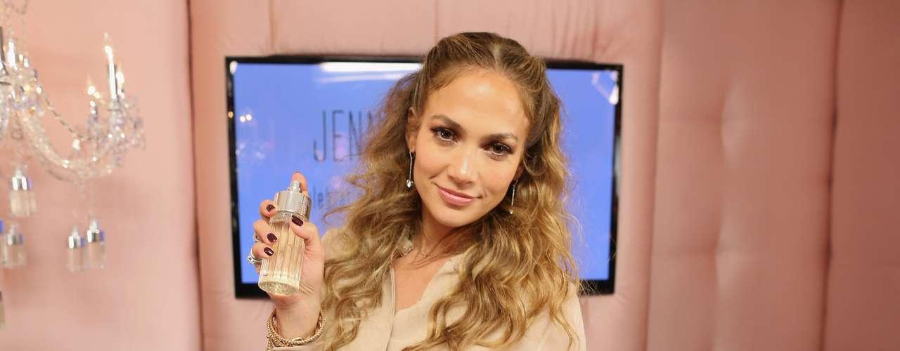 Que buen momento para sacar su nueva fragancia: Glowing By J.Lo.