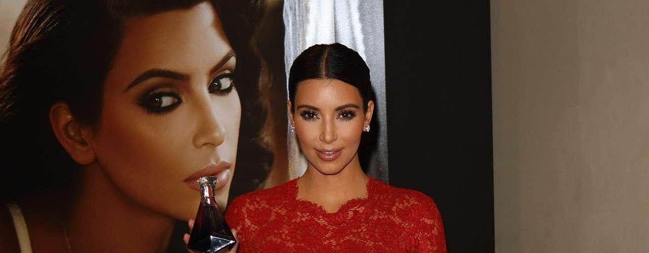 8)Kim Kardashian luce un vestido en encaje color rojo que delinea perfectamente la figura de la modelo. En la parte superior del vestido y en las magas se ve la piel de la empresaria dándole así a su atuendo un toque sensual.