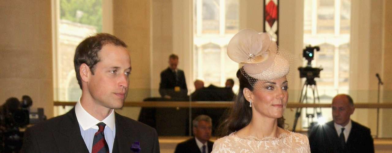 4)Kate Middleton luce un vestido color nude de cortes rectos hasta la rodilla, muy elegante y formal. El vestido delinea perfectamente la figura de la princesa y el detalle en la cintura le agrega feminidad al su look.