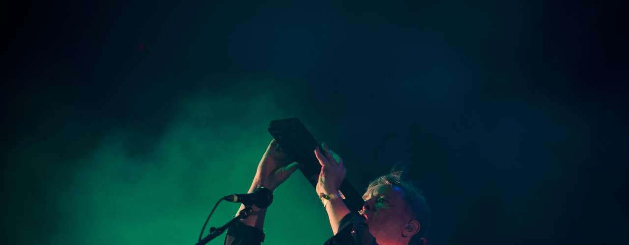 El robusto beat electrónico del británico Totally Enormous Extinct Dinosaurs ha concentrado a un gran número de público que ha bailado fuera de sí en el menor de los tres escenarios del FIB, tal vez porque muchos no han podido con el enternecedor e intimista concierto de Ed Sheeran, con el que coincidía en horario. (Texto: EFE)