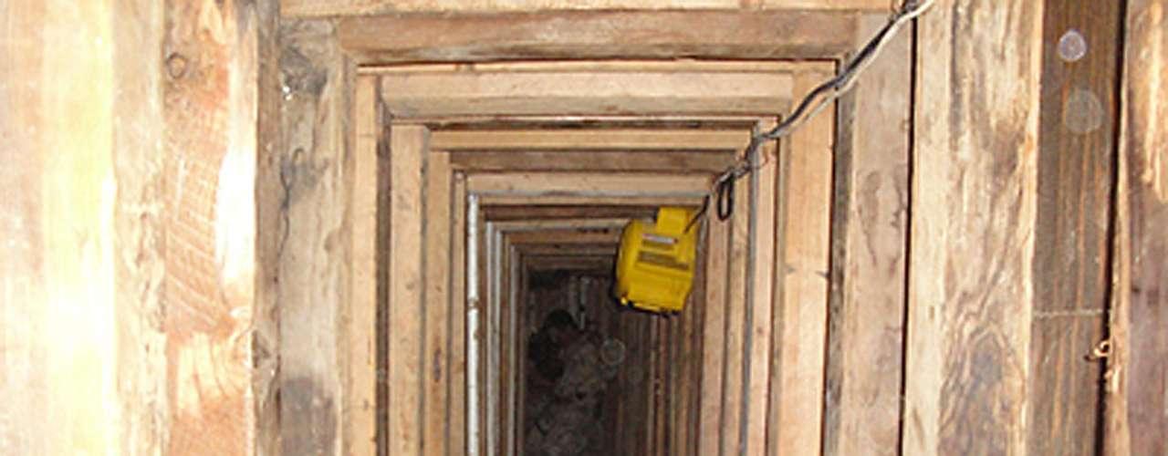 Ramona Sánchez, portavoz de la DEA, dijo a El Universal que parte de los detenidos se encargaba de la distribución de la droga proveniente de México, a través de túneles subterráneos y compartimientos ocultos en camiones comerciales.