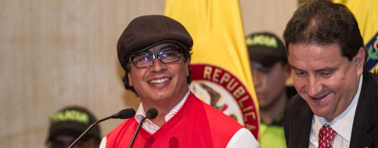 El alcalde Petro vistió la camiseta de Santa Fe.