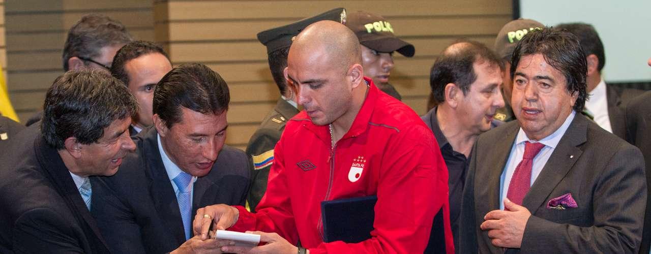 El jugador argentino, que siempre ha profesado su amor por Santa Fe y Bogotá, fue el centro de atención junto a Jonathan Copete.