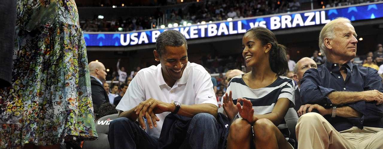 Obama se arropó el lunes con el espíritu olímpico al presenciar desde primera fila el partido amistoso de basquetbol entre Estados Unidos y Brasil, como parte de su preparación rumbo a los Juegos de Londres. Estuvo acompañado de sus hijas, el vicepresidente Joe Biden y, obvio, Michelle, la primera dama.