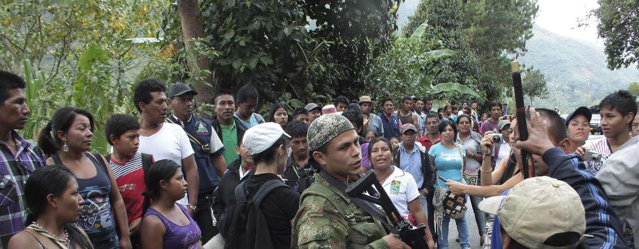 Los hostigamientos y enfrentamientos de los últimos días han provocado el desplazamiento forzado de unas 6.450 personas en nueve municipios de Cauca, región señalada como importante corredor para la salida de drogas hacia el océano Pacífico. (Texto AFP)