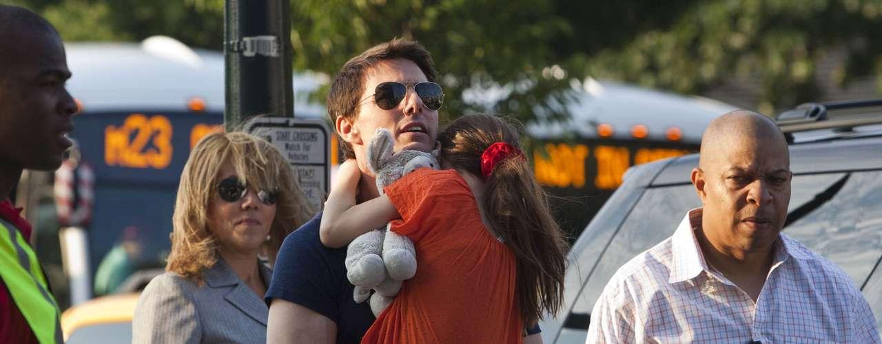 Tom Cruise se reunió con su hija luego del acuerdo al que llegó con Katie Holmes, quien le interpuso una demanda de divorcio el pasado 28 de junio. Tom pasará varios días en Nueva York para poder convivir con su pequeña y como no tiene ningún contacto con su ex pareja, su hija le será entregada y será recogida a través de un intermediario.
