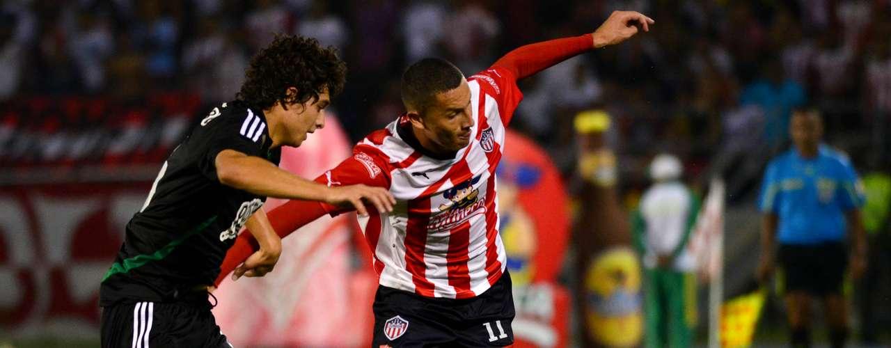 El delantero de Junior, Luis Páez, no pudo sobrepasar la línea defensiva de Nacional que a pesar de contar por un costado con la juventud de Medina, pudo controlar los ataques del local en Barranquilla
