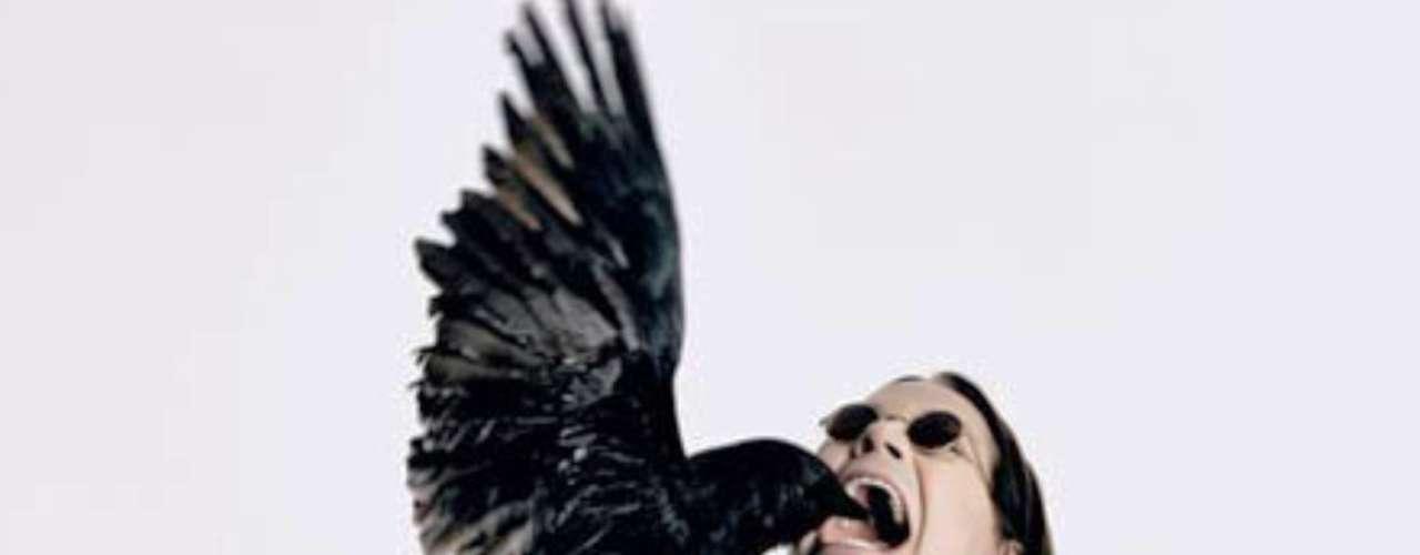 Ozzy Osbourne se comió la cabeza de un murciélago pensando que era de goma.