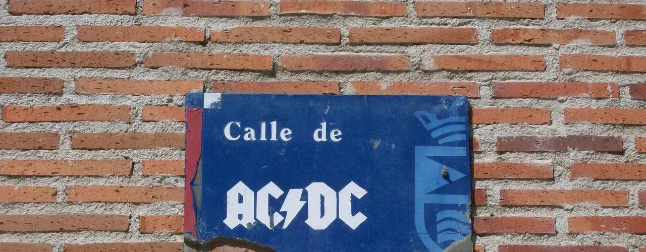 En España y Australia hay un calle llamada AC/DC en honor a la banda de rock and roll.