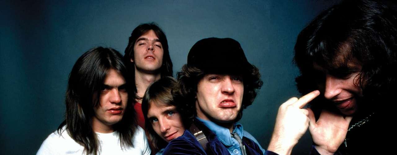 La banda AC/DC tuvo 4 cantantes. Los hermanos Young solían reemplazar a Dave Evans (por ser más un cantante glam) por Dennis Laughlin, quien era el primer mánager del grupo. Luego Bon Scott en 1974 reemplazó a Dave Evans en definitiva, y después de la muerte de Scott, Brian Johnson se encargó de la voz de los australianos.