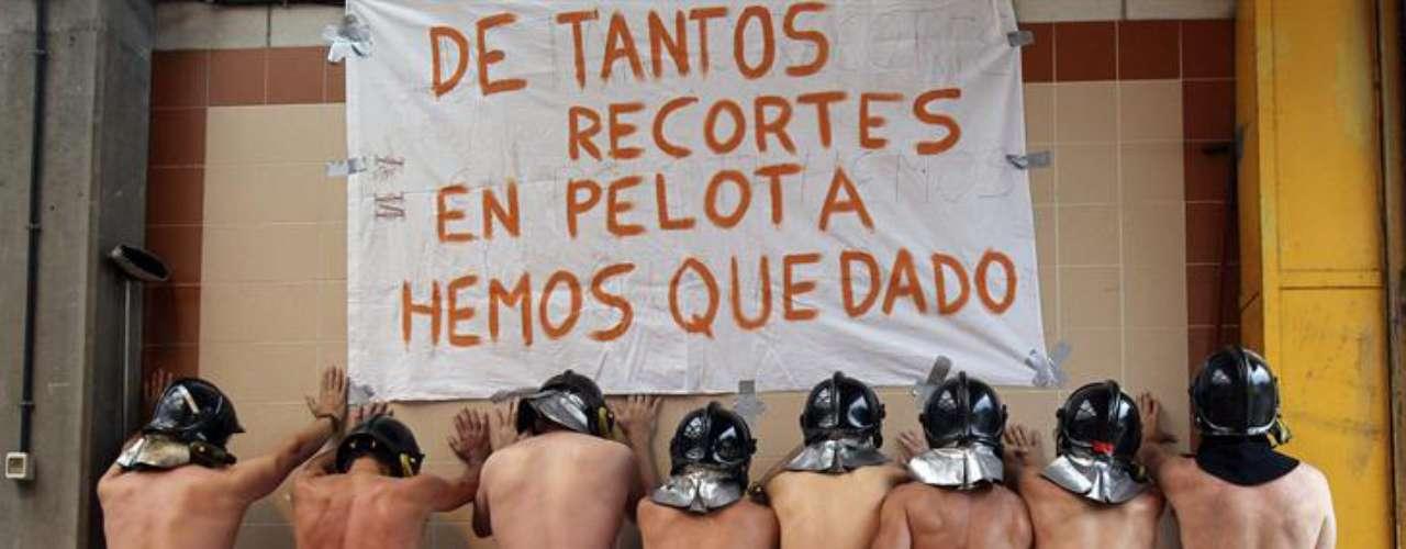 Ocho bomberos se desnudaron este jueves en una pequeña localidad del norte de España para protestar contra la política de austeridad del gobierno, añadiendo así una nota insólita a las manifestaciones sindicales previstas para la tarde en todo el país.