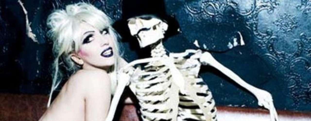 Totalmente sugerente y provocadora al lado de un esqueleto.