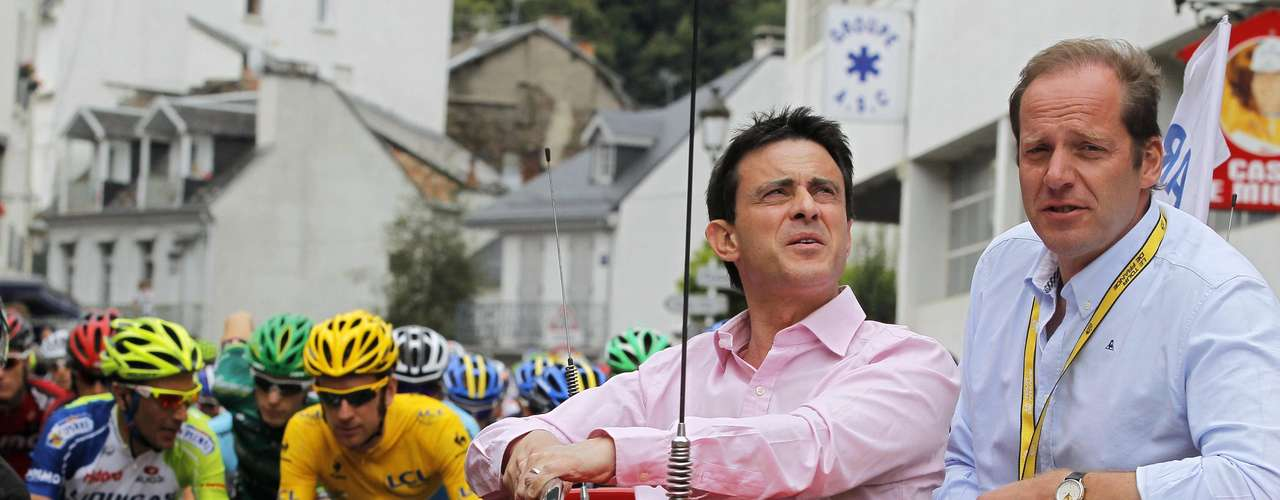 Tour de France director Christian Prudhomme (R) and France's Interior Minister Manuel Valls signal the start before the 17th stage of the 99th Tour de France.
