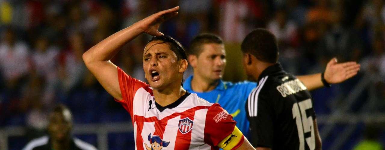 Giovanni Hernández del Junior de Barranquilla reprocha una decisión arbitral.