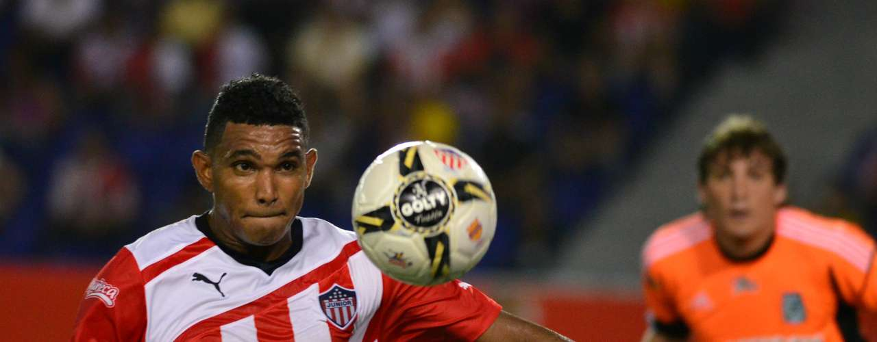 Luis Narváez del Junior de Barranquilla domina el balón.