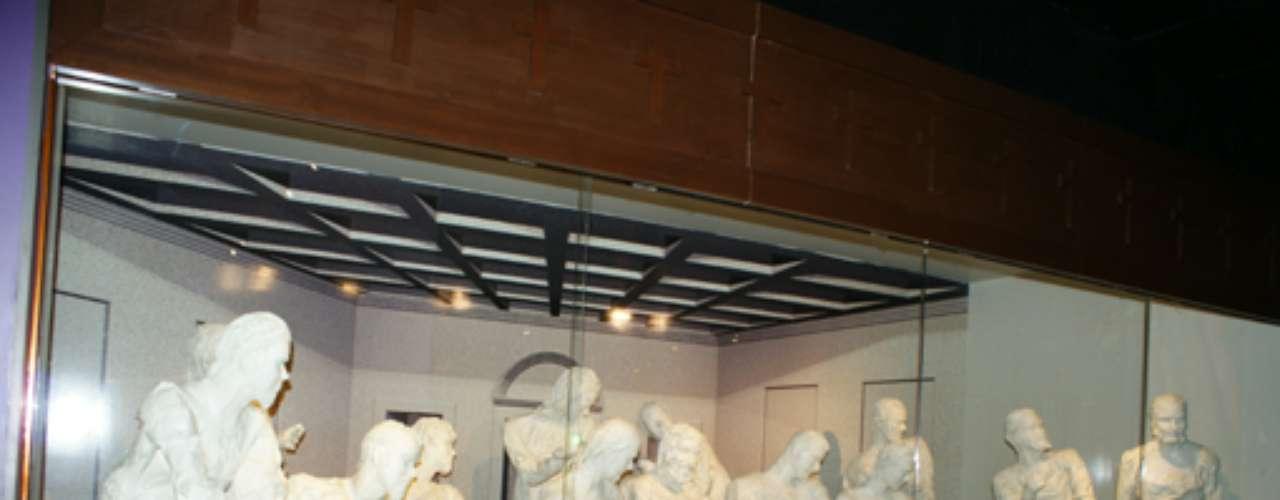 En una de sus 14 salas de exhibición podrás conocer esta impresionante recreación de La Última Cena, hecho completamente de papel.