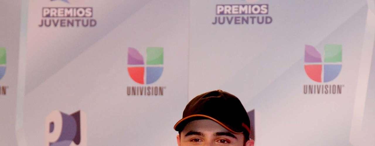 Gerardo Ortiz brilló en su paso por la alfombra de hielo de Premios Juventud 2012.