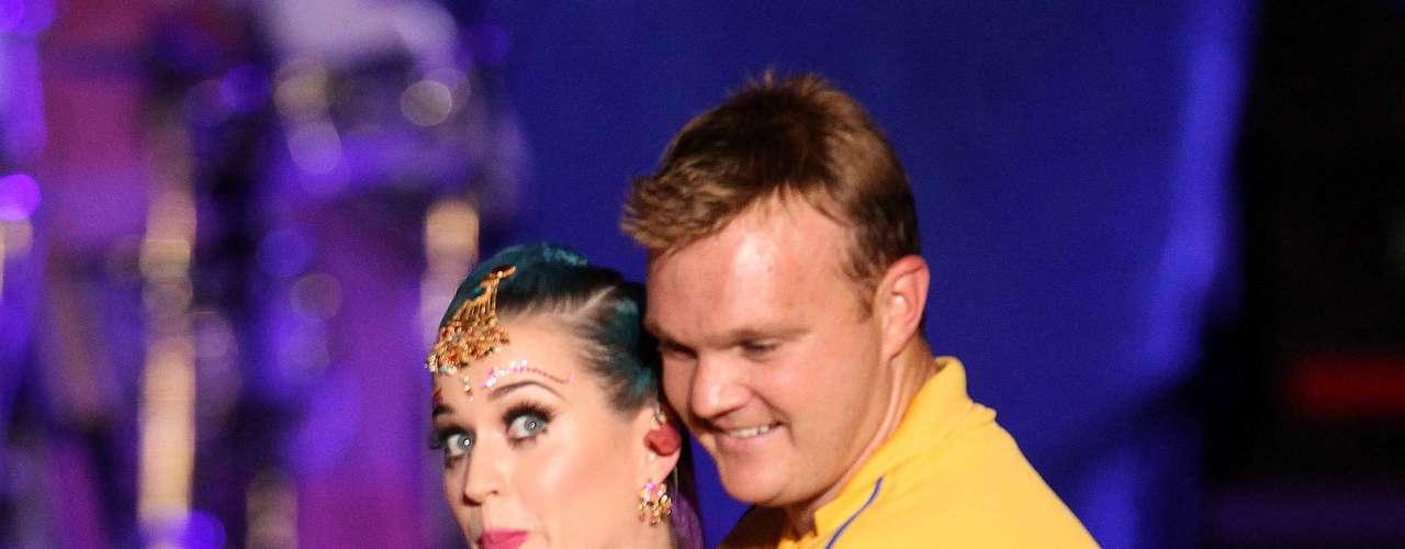En la presentación, que realizó Katy en el YMCA College, el guapo jugador la tomó con sus brazos mientras sostenía el micrófono, puso sus manos sobre las suyas y bajó el objeto hasta la altura de la ingle.
