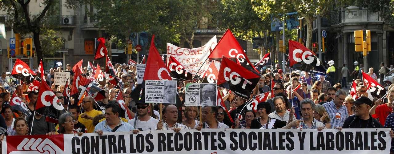 Muchos ciudadanos portaban banderas de España con crespones negros en señal de luto junto a pancartas en las que se podían leer mensajes como \