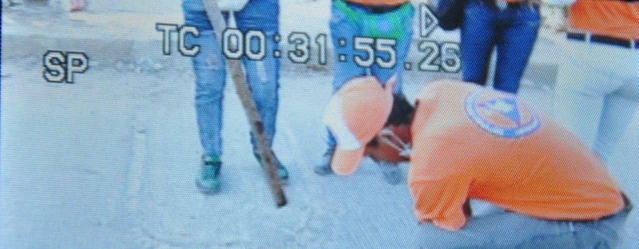 El rescate se produjo gracias a un camarógrafo del noticiero RCN, Geovanny Cassiani, a quien se le ocurrió pedir a miembros de la Defensa Civil que levantaran la tapa de la alcantarilla ubicada a unos 500 metros de la casa del niño.