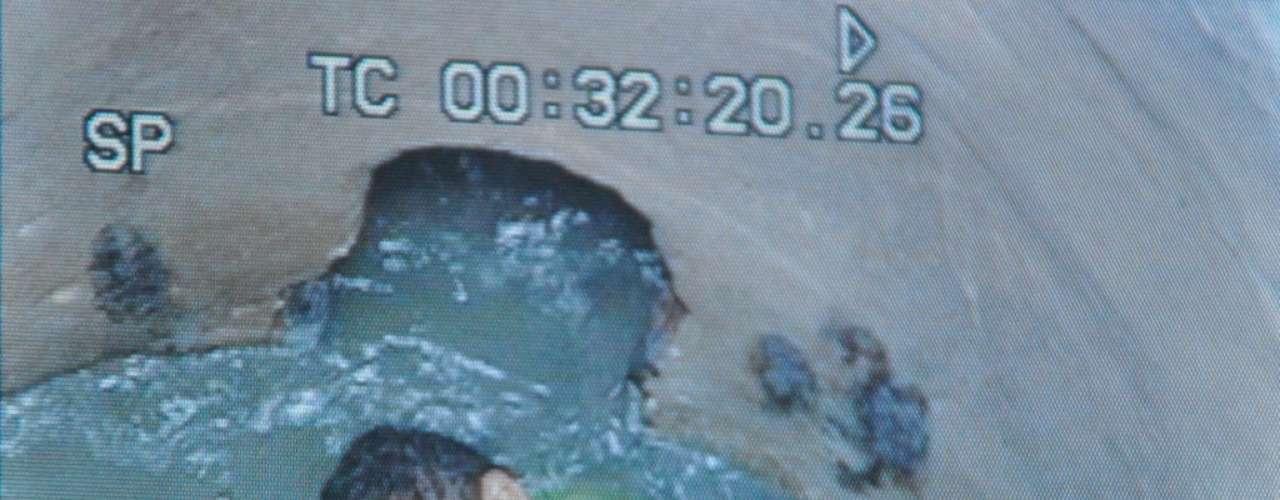 Atónitos se quedaron todos los moradores y rescatistas al percatarse de que allí estaba el niño, sumido en el agua fétida y aferrado a un desintegrado palo de madera.