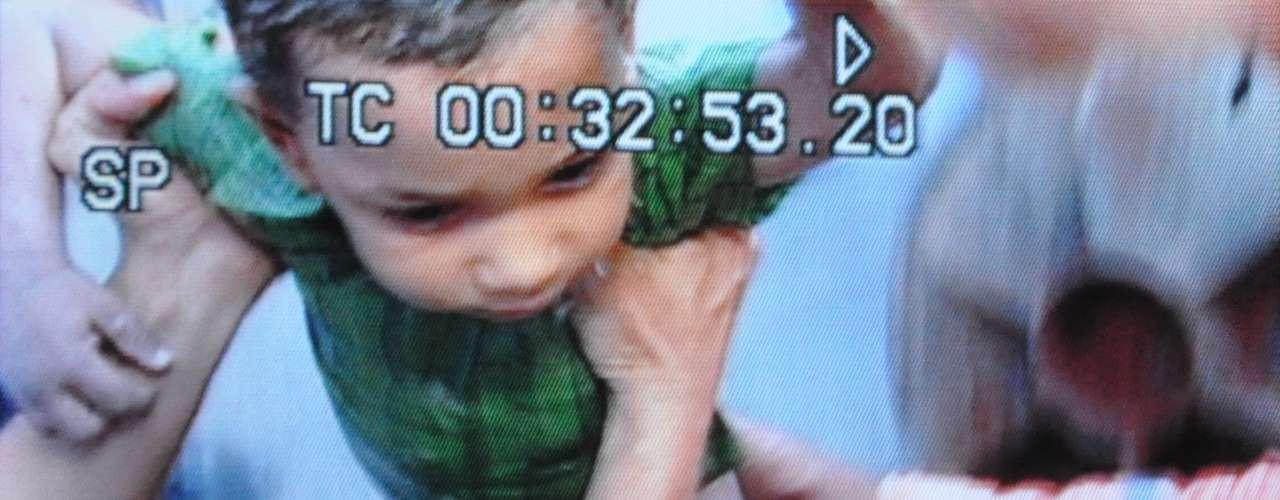 el niño fue llevado por la comisión de médicos a un centro asistencial de mediano nivel y sometido a un intensivo proceso de desinfección y revisión, para prevenir riesgos debido a que el niño estuvo a la intemperie y en contacto con líquidos contaminados y materia fecal.