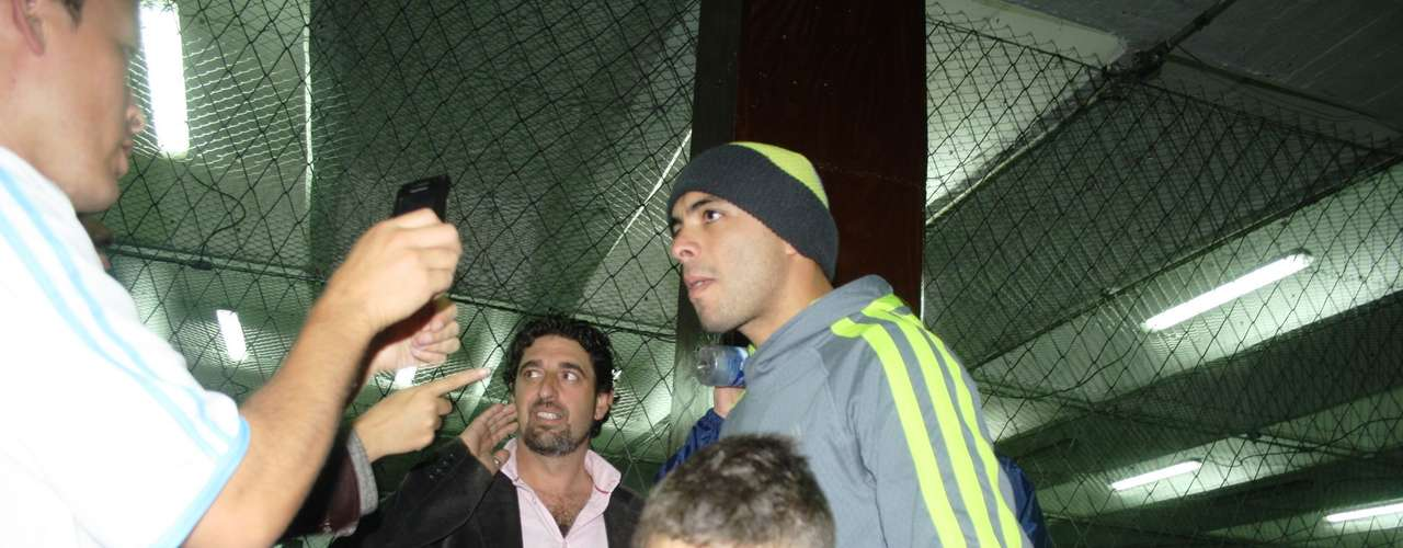 Además de estar jugando con sus amigos, Pérez también lo hace con su hijo mayor, Thiago.