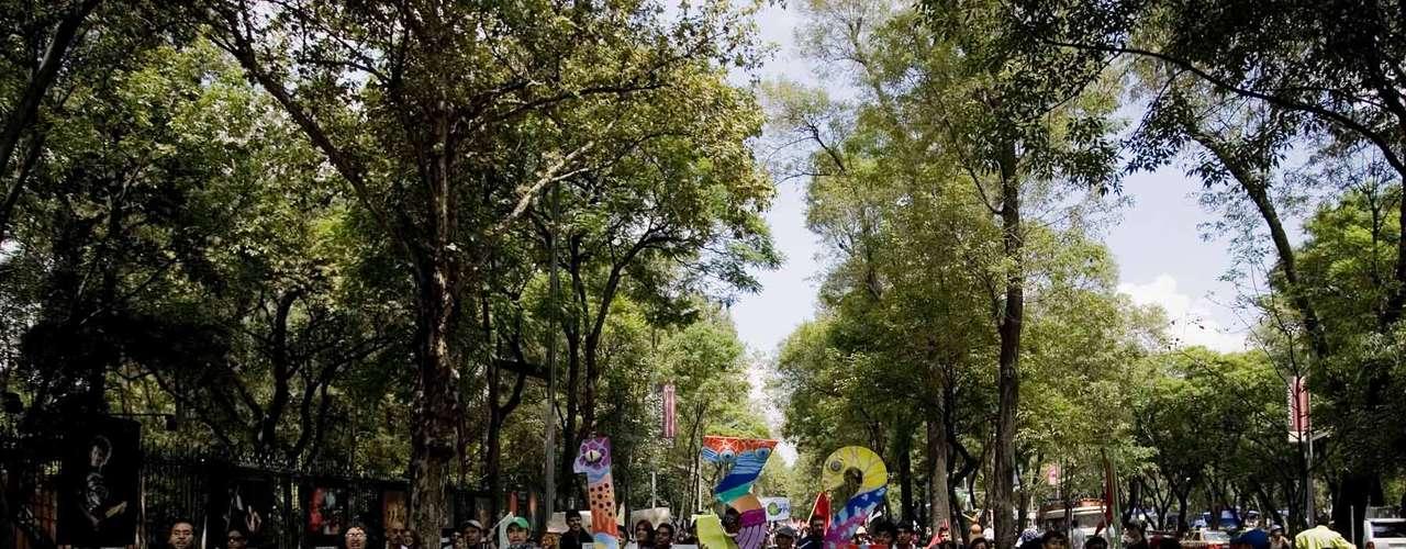 Las fuerzas policiales buscaban impedir que los jóvenes marcharan hacia Reforma a encontrarse con otros compañeros que ya esperaban en el Auditorio Nacional