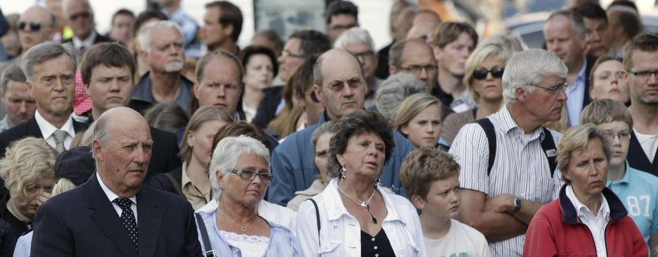 Una sentida interpretación del himno de las AUF, donde las palmas y las muestras de júbilo dominaron sobre las lágrimas, cerró el acto central en Utøya, la cantera donde se han forjado año tras año muchos futuros ministros y primeros ministros laboristas de Noruega.