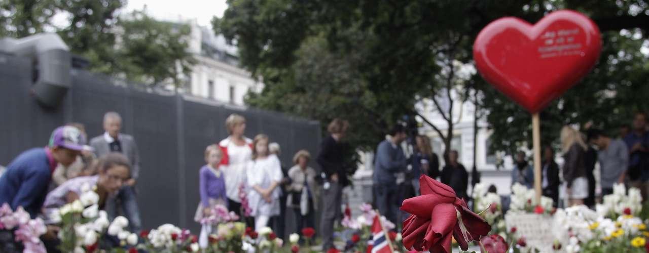 Noruega conmemora este domingo a las 77 víctimas de una masacre que sacudió el país hace un año, una tragedia que el primer ministro dice que unió a los noruegos en defensa de la democracia y la tolerancia.