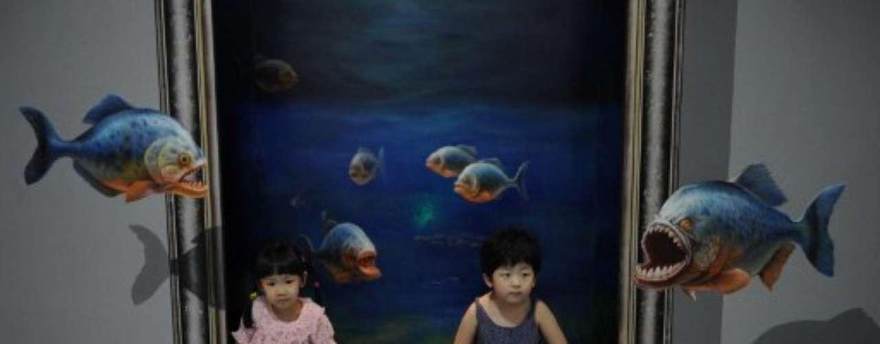 La técnica en las pinturas da un efecto 3D que genera la impresión de que los objetos se salen del cuadro.