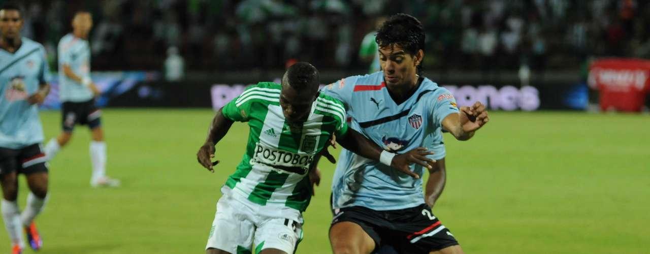 Nacional siguió sometiendo al Junior que no tomó la pelota, y para poder cortar los avances del local, tuvo que frenar el juego con faltas.