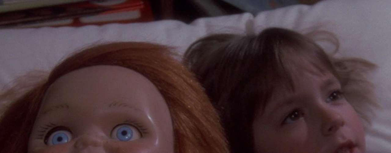 Childs Play (Chucky): El muñeco diabólico inspiro a Martin Bryant, el peor asesino serial de Australia, quien mató a 35 personas en 1996. El tipo sufría de esquizofrenia y pensaba que era Chucky. Otro crimen fue el asesinato de un niño de 2 años a manos de dos fans de la película de solo 10 años, quien lo mataron a pedradas. Otra víctima fue quemada viva mientras sus asesinos le gritaban Soy Chucky. Chucky quiere jugar.