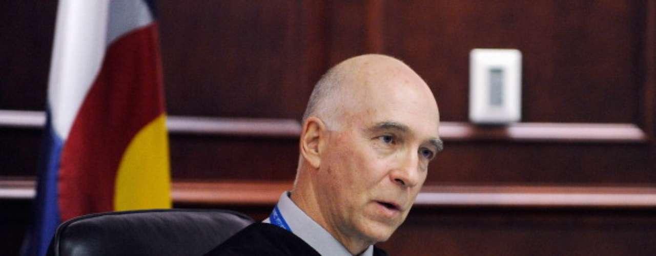 Durante la audiencia, en varias preguntas que el juez William Sylvester hizo a Holmes, las respuestas salieron de su abogada. Holmes se retiró esposado en muñecas y tobillos.