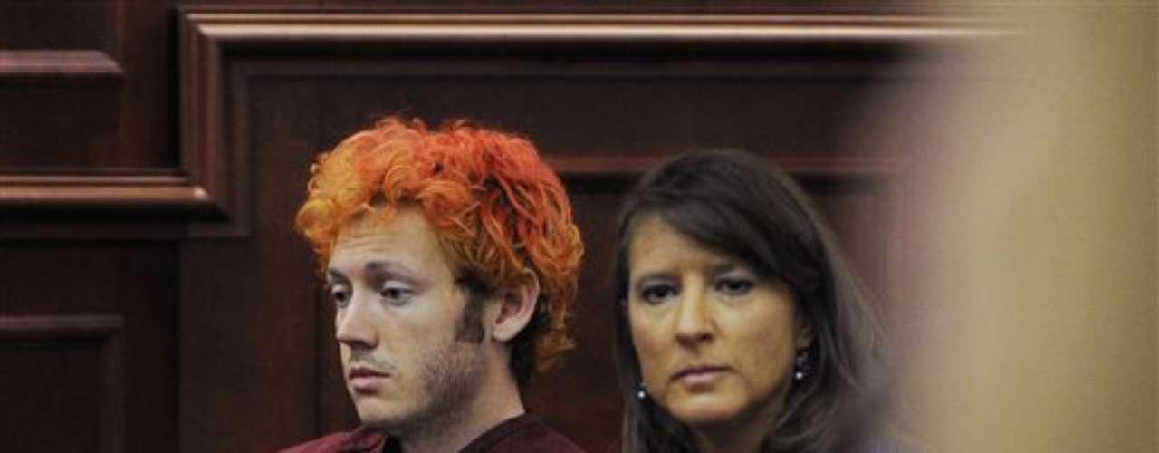 Holmes estuvo junto a Tamara Brady, la abogada que le otorgó el Estado para su defensa. La misma ya había adelantado que pedirá un examen psicológico para determinar si su cliente es capaz de ser sometido a juicio.