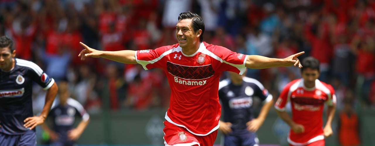 Toluca marced the debut of John van't Schip with a 2-1 win over Chivas.