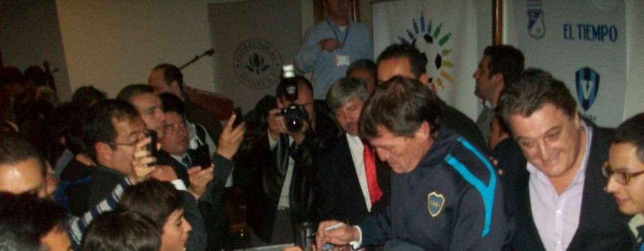 El técnico de Boca Juniors de Argentina, Julio César Falcioni, firma autógrafos a algunos hinchas al final de la rueda de prensa del Aficionados y prensa colombiana durante la rueda de prensa del Torneo Internacional de Verano.
