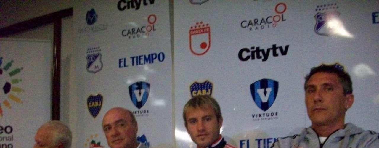 Gastón 'La Gata' Fernandez (c), delantero de Estudiantes de La Plata de Argentina.