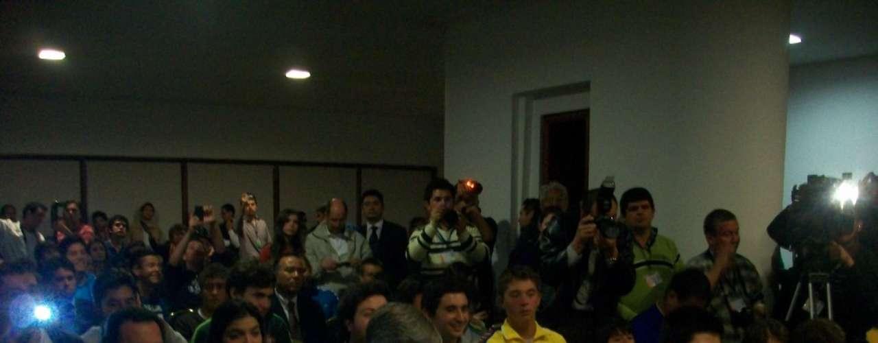 Aficionados y prensa colombiana durante la rueda de prensa del Torneo Internacional de Verano.