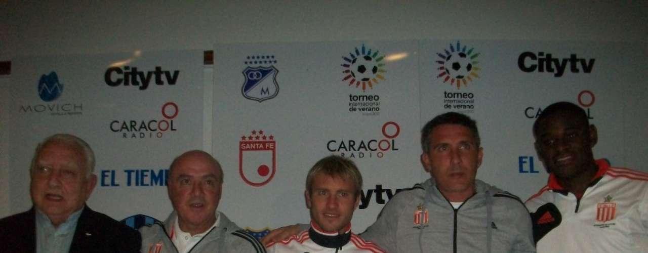 Gastón Fernandez, Diego Cagna y Duván Zapata luego de la rueda de prensa del Aficionados y prensa colombiana durante la rueda de prensa del Torneo Internacional de Verano.