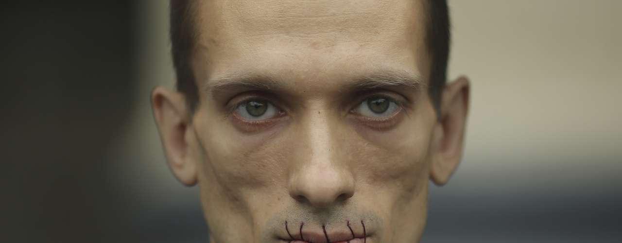 El artista ruso Piotr Pavlensky cosió sus labios en señal de protesta contra la detención de los miembros del grupo de punk \